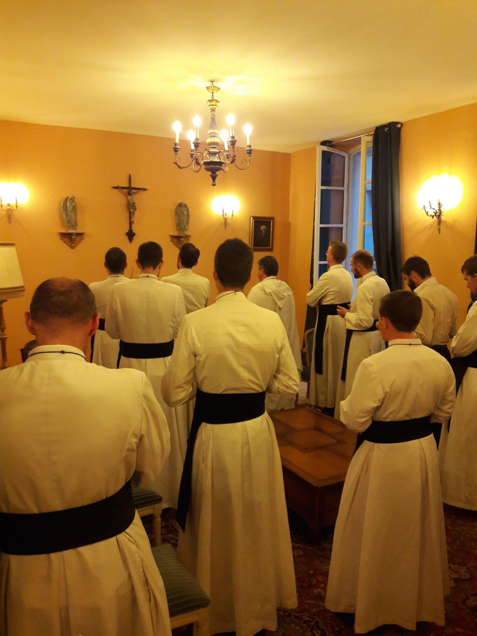 Prière dans le salon